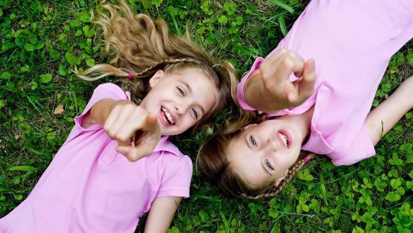 Die berühmtesten Zwillinge der Welt: Hanni und Nanni (Sophia und Jana Münster) | Rechte: ZDF/Ufa Cinema/Gordon Mühle