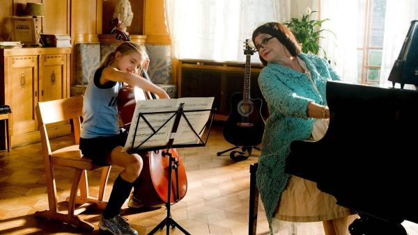 Nanni (Jana Münster) hat es endlich geschafft. Sie ist von Madame Bertoux (Katharina Thalbach) in das Schulorchester von Internat Lindenhof aufgenommen worden. | Rechte: ZDF/Ufa Cinema/Gordon Mühle