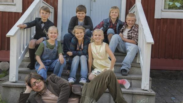 Ella (Freja Teijonsalo, 2.R., 2.v.li.) und ihre Freunde wollen ihre gemütliche alte Schule behalten. Zusammen mit ihrem Lehrer entwickklen sie einen Plan, wie sie den Bau der neuen Schule verhindern können.  | Rechte: KiKA/Snapper Films
