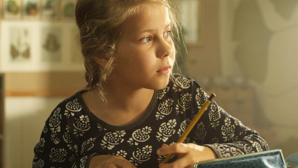 Ella (Freja Teijonsalo) überlegt, wie sie und ihre Mitschüler die gemütliche alte Schule behalten können. | Rechte: KiKA/Snapper Films