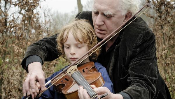 Luuk (Jan Decleir) bringt Finn (Mels von der Hoeven) das Geigespielen bei. | Rechte: SWR/Pief Weyman