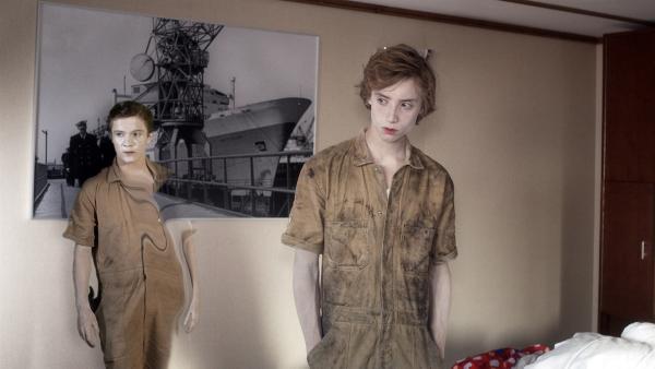 Die Geisterjungen Bobby (Nils Verkooijen, r.) und Benno (Bas van Prooijen) kommen durch die Wand. | Rechte: KiKA/Lagestee Film BV