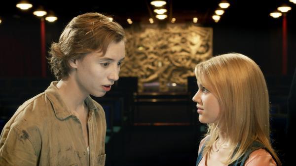 Sanne (Hanna Obbeek) will Bobby (Nils Verkooijen) helfen. | Rechte: KiKA/Lagestee Film BV