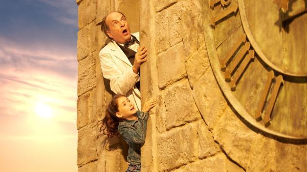 Uhrmachermeister Zifferle (Herbert Knaup) und Marie (Emily Kusche) beobachten voller Sorge die Vorgänge an der Turmuhr. | Rechte: ZDF/Universum Film