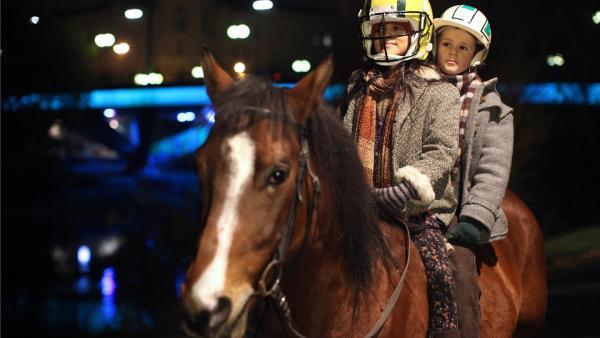 Dana (Nataša Paunović) und Mika (Enzo Gaier) auf dem Pferd | Rechte: NDR/MINI Film/Petro Domenigg