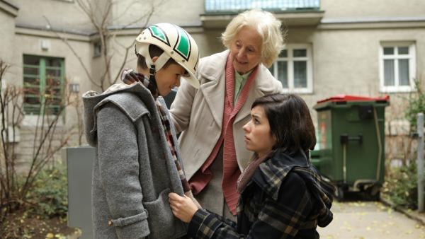 Mika (Enzo Gaier), Nachbarin Hedi (Bibiana Zeller) und Mikas Mama Lara (Nora Tschirner) | Rechte: NDR/MINI Film/Petro Domenigg