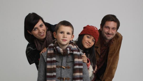v.l.n.r.: Mikas Mama Lara (Nora Tschirner), Mika (Enzo Gaier), Dana (Nataša Paunović) und Sascha (Andreas Kiendl) | Rechte: NDR/MINI Film/Petro Domenigg