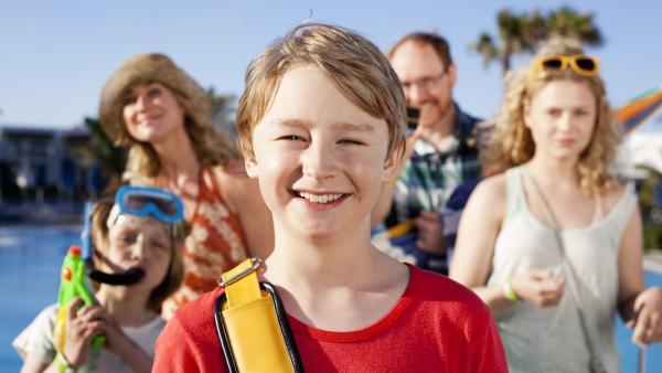 Sönke (William Ringström) macht mit seiner Familie Urlaub in Griechenland. | Rechte: KiKA/Eyeworks Film & TV Drama/Malin Holm