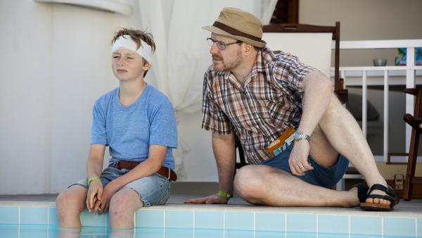 Vater Rudolf (Morgan Alling) will das Vertrauen seines Sohnes Sönke (William Ringström) gewinnen. | Rechte: KiKA/Eyeworks Film & TV Drama/Malin Holm