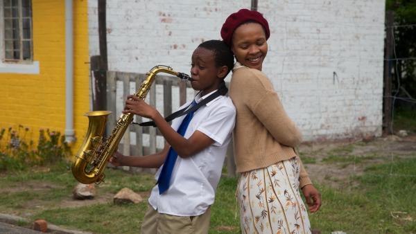 Felix (Hlayani Jr. Mabasa) und seine Mutter Lindiwe (Linda Sokhulu) | Rechte: hr/Uwe Jansch