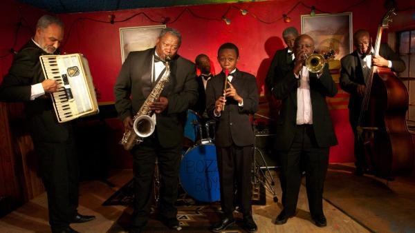 Felix (Hlayani Jr. Mabasa, Mitte) und die Bozza Boys | Rechte: hr/Uwe Jansch