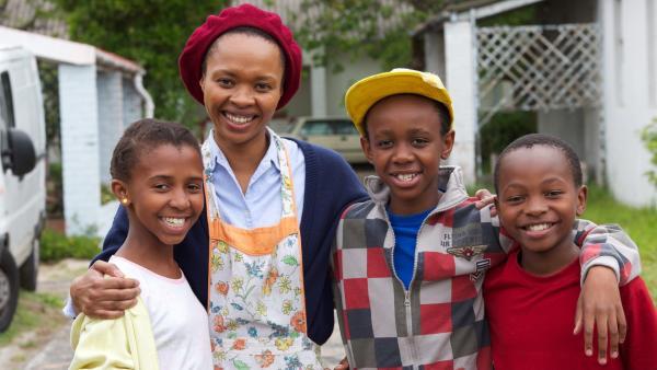 Familie Xaba (v.l.n.r.): Zanele (Okwethu Banisi), Lindiwe (Linda Sokhulu), Felix (Hlayani Jr. Mabasa) und Wiseman (Elvis Mahomba) | Rechte: hr/Uwe Jansch