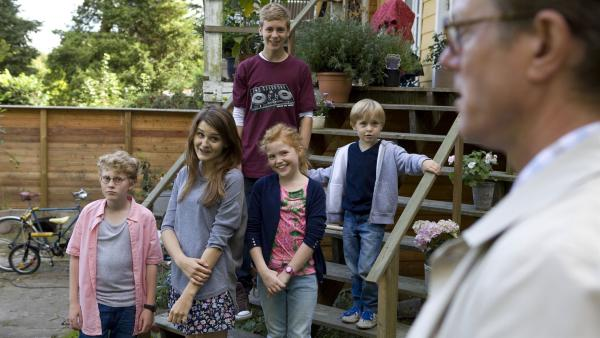 Onkel Erik (Peter Mygind, re.) soll die Kinder auf die Reise nach Afrika begleiten. | Rechte: KiKA/Henrik Ohsten