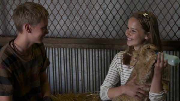 Jan (Sebastian Kronby) ist überglücklich, dass sein Schwarm Julie (Clara Rugaard-Larsen) nach Afrika gekommen ist.  | Rechte: KiKA/Henrik Ohsten