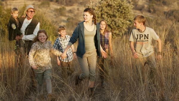 In der Wildnis suchen die Bergs und Julie (Clara Rugaard-Larsen, 6.v.li.) nach Frau Flinth. | Rechte: KiKA/Henrik Ohsten