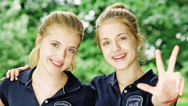 Hanni und Nanni (Jana und Sophia Münster) fühlen sich im Internat Schloss Lindenhof pudelwohl. | Rechte: ZDF/Gordon Mühe