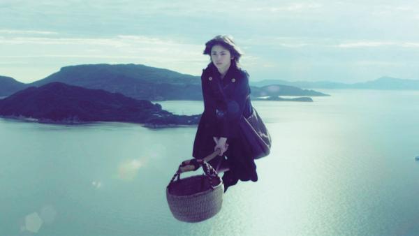 Kiki (Fûka Koshiba) bei einem Lieferflug hoch über dem Meer | Rechte: ZDF/Tomojiro Kamiya