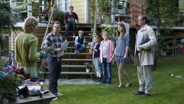 Vater Berg kann nicht glauben, dass die Familie eine Reise nach Afrika gewonnen hat.   Rechte: KiKA/Henrik Ohsten