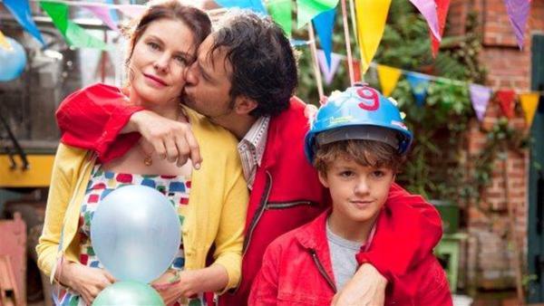 Glückliche Familie an Tonys 9. Geburstag – Sissy (Rifka Lodeizen), Gilles (Jeroen Spitzenberger) und Tony (Faas Wijn) | Rechte: MDR/Victor Arnolds