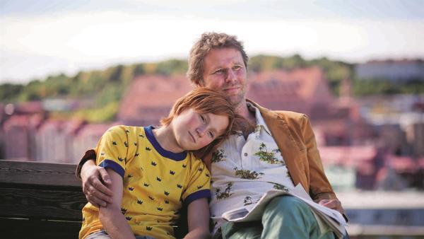 Mats (Lukas Holgersson) und sein Vater Torkel (Shanti Roney) | Rechte: MDR/Tre Vänner Produktion AB