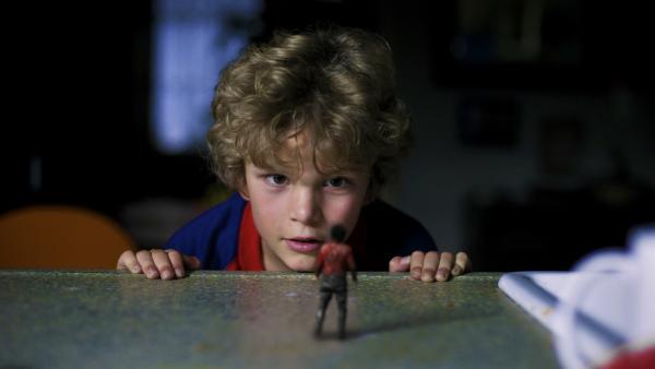 Johannes (Sasha Mylanus) entdeckt den kleinen Wiplala. | Rechte: hr/KiKA/Bos Bros. Film & TV Productions/ Mollywood