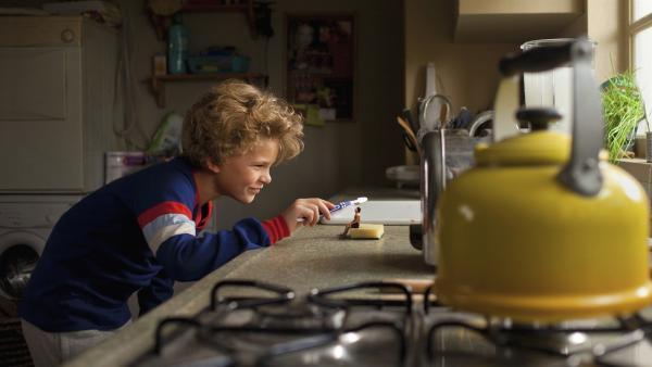 Johannes (Sasha Mylanus) wäscht den kleinen Wiplala.  | Rechte: hr/KiKA/Bos Bros. Film & TV Productions/ Mollywood