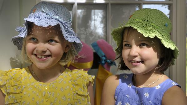 Anneli (Kuvassa Lilja Lehto) und Onneli (Aava Merikanto) machen sich hübsch für das Frühlings- und Einweihungsfest. | Rechte: MDR/Jolle Omnismaa