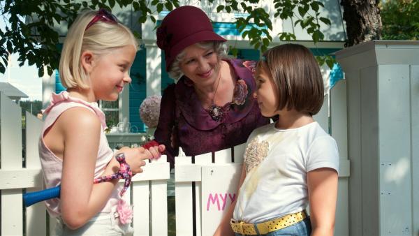 Die schräge Frau Ruusupuu (Eija Ahvo) erzählt Anneli (Lilja Lehto) und Onneli (Aava Merikanto, re.), dass sie ihr Haus verkaufen will. | Rechte: MDR/Jolle Omnismaa