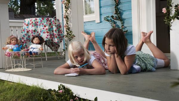Anneli (Lilja Lehto) und Onneli (Aava Merikanto, re.) machen sich eine Einkaufliste, was sie noch alles für die Einrichtung des neuen Hauses benötigen. | Rechte: MDR/Jolle Omnismaa