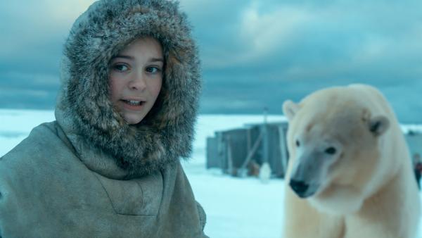 Julia (Kaisa Gurine Antonsen) versucht einen Eisbären zu vertreiben. | Rechte: ZDF/Erik Aavatsmark