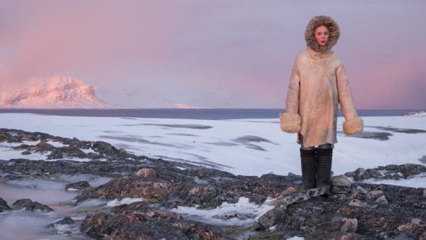 Julia (Kaisa Gurine Antonsen) ist verzweifelt. Ringsherum nur Eis und Schnee! | Rechte: ZDF/Erik Aavatsmark