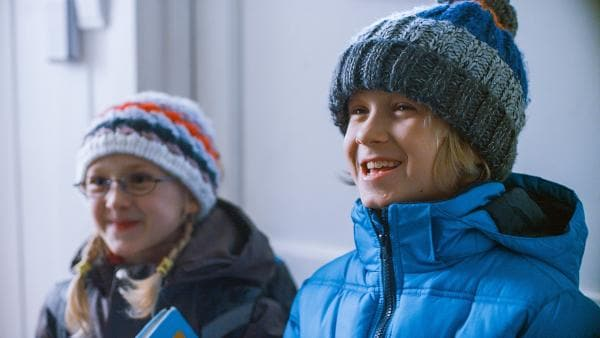 Noch ahnen die achtjährigen Zwillinge Ida (Ida Leonora Valestrand Eike, li.) und Sindre (Leonard Valestrand Eike) nichts von dem Abenteuer, das ihnen bevorsteht. | Rechte: ZDF/Erik Aavatsmark