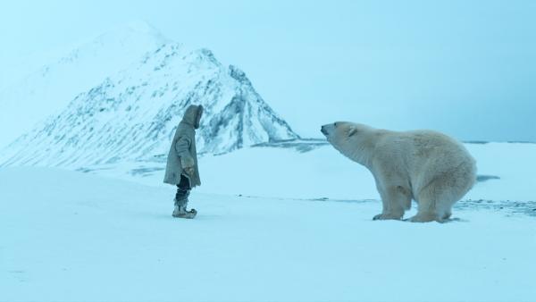 Julia (Kaisa Gurine Antonsen) versucht mit Schreien, den Eisbären zu vertreiben. | Rechte: ZDF/Erik Aavatsmark