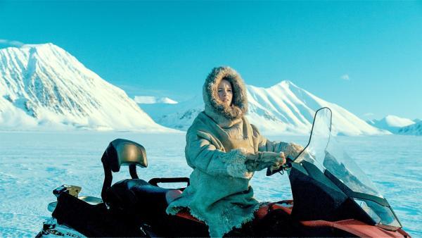 Julia (Kaisa Gurine Antonsen) hat das Schneemobil flott gemacht. Sie will auf Nahrungssuche gehen. | Rechte: ZDF/Erik Aavatsmark