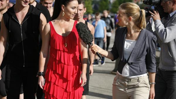 Fernsehstar Amalie (Stephanie Leon) will die Regatta um jeden Preis gewinnen. | Rechte: KiKA/ASA Film Prod. A/S & Scanbox Entertainment A/S 2012