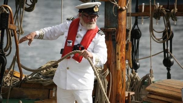 Onkel Anders (Jess Ingerslev) zeigt bisher verborgene Talente beim Segeln – in seinen Jugendtagen verbrachte er viel Zeit auf hoher See. | Rechte: KiKA/ASA Film Prod. A/S & Scanbox Entertainment A/S 2012