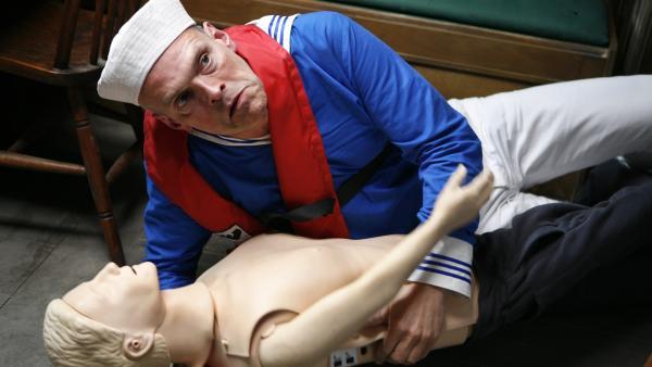 Pa (Niels Olsen) übt sich auf ungewohnte Weise in Erster Hilfe.    Rechte: KiKA/ASA Film Prod. A/S & Scanbox Entertainment A/S 2012