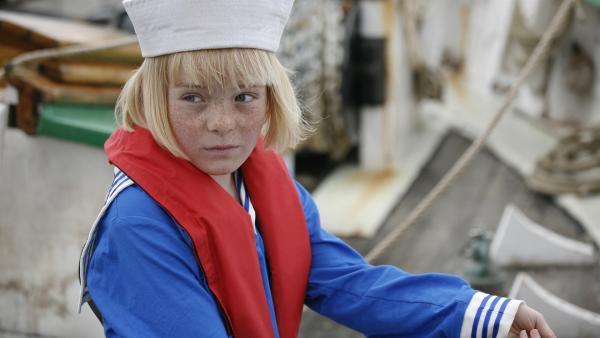 Tine (Lærke Tuemand) betrachtet die neuen Matrosen des Segelschulschiffs Valborg skeptisch.   Rechte: KiKA/ASA Film Prod. A/S & Scanbox Entertainment A/S 2012