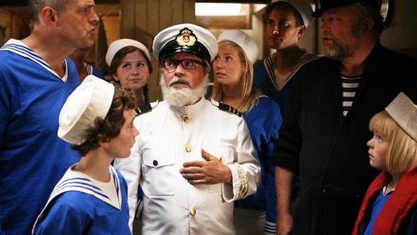 Krisensitzung mit Onkel Anders (Jess Ingerslev) und Skipper (Bjarne Henriksen).    Rechte: KiKA/ASA Film Prod. A/S & Scanbox Entertainment A/S 2012