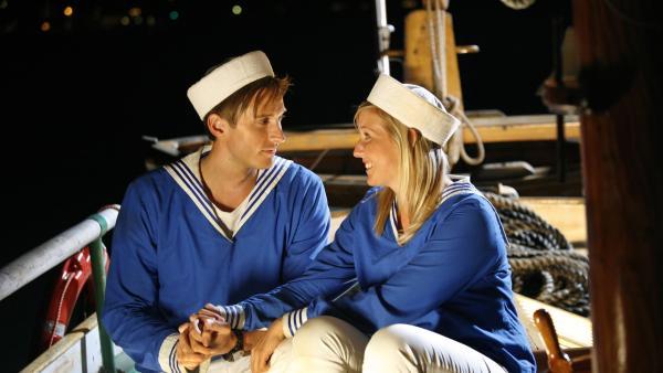 Søs (Sidse Mickelborg) und Peter (Søren Bregendal) – zwei Turtel-Möwen an Bord.   | Rechte: KiKA/ASA Film Prod. A/S & Scanbox Entertainment A/S 2012