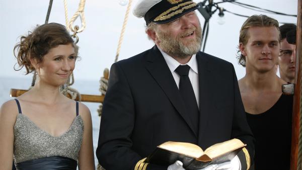 Kurzerhand übernimmt Skipper (Bjarne Henriksen) als Kapitän die Trauung von Søs und Peter. | Rechte: KiKA/ASA Film Prod. A/S & Scanbox Entertainment A/S 2012