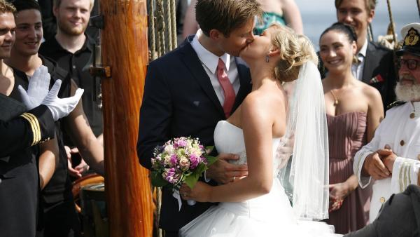 Das glückliche Brautpaar Søs (Sidse Mickelborg) und Peter (Søren Bregendal) bei ihrer Vermählung an Bord der Valborg.  | Rechte: KiKA/ASA Film Prod. A/S & Scanbox Entertainment A/S 2012