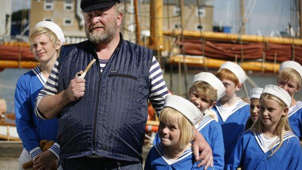 Auch Skippers (Bjarne Henriksen) Matrosenwelpen sind glücklich, dass sie bei ihrem Pflegevater bleiben können.  | Rechte: KiKA/ASA Film Prod. A/S & Scanbox Entertainment A/S 2012