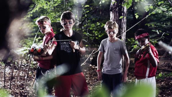 Die Cola-Gang rund um Bas (Julian Ras, 2. von rechts) rüstet auf. | Rechte: NDR/Anouk Wolf