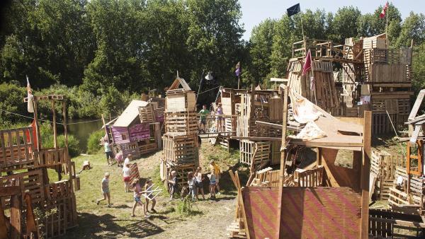 Im Bau-Camp geht es darum, aus Holz und alten Paletten einen möglichst hohen Turm zu bauen – bisher waren Ziggy und Bas ein unschlagbares Team. | Rechte: NDR/Anouk Wolf