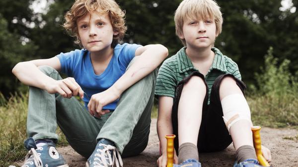 Weil Bas nicht länger zu ihm hält, bildet Ziggy (Kees Nieuwerf, links) ein Bau-Team mit seinem kleinen Bruder Flin (Bart Reuten, rechts). | Rechte: NDR/Anouk Wolf