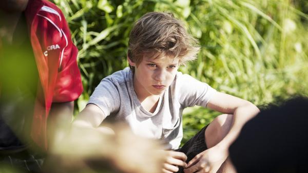 Bas (Julian Ras) ist sauer auf seinen Freund Ziggy – und kapselt sich ab. | Rechte: NDR/Anouk Wolf