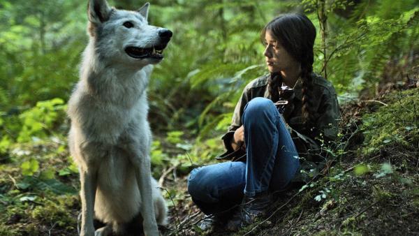 Shana (Sunshine O'Donovan) mit dem weißen Wolf | Rechte: MDR/RECK Filmproduktion GmbH