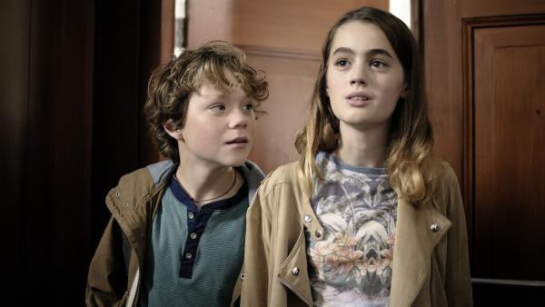 Siem (Thor Braun) und Winnie (Nina Wyss) entdecken ihr neues gemeinsames Zuhause.  | Rechte: NDR/Pief Weyman