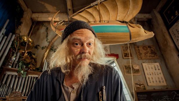 Doktor Proktor (Kristoffer Joner) erfindet ein Pulver, dass Fürze von ungeahnter Wucht erzeugt. | Rechte: Senator Film Verleih